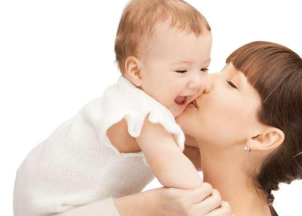 Madre che coccola il suo bambino